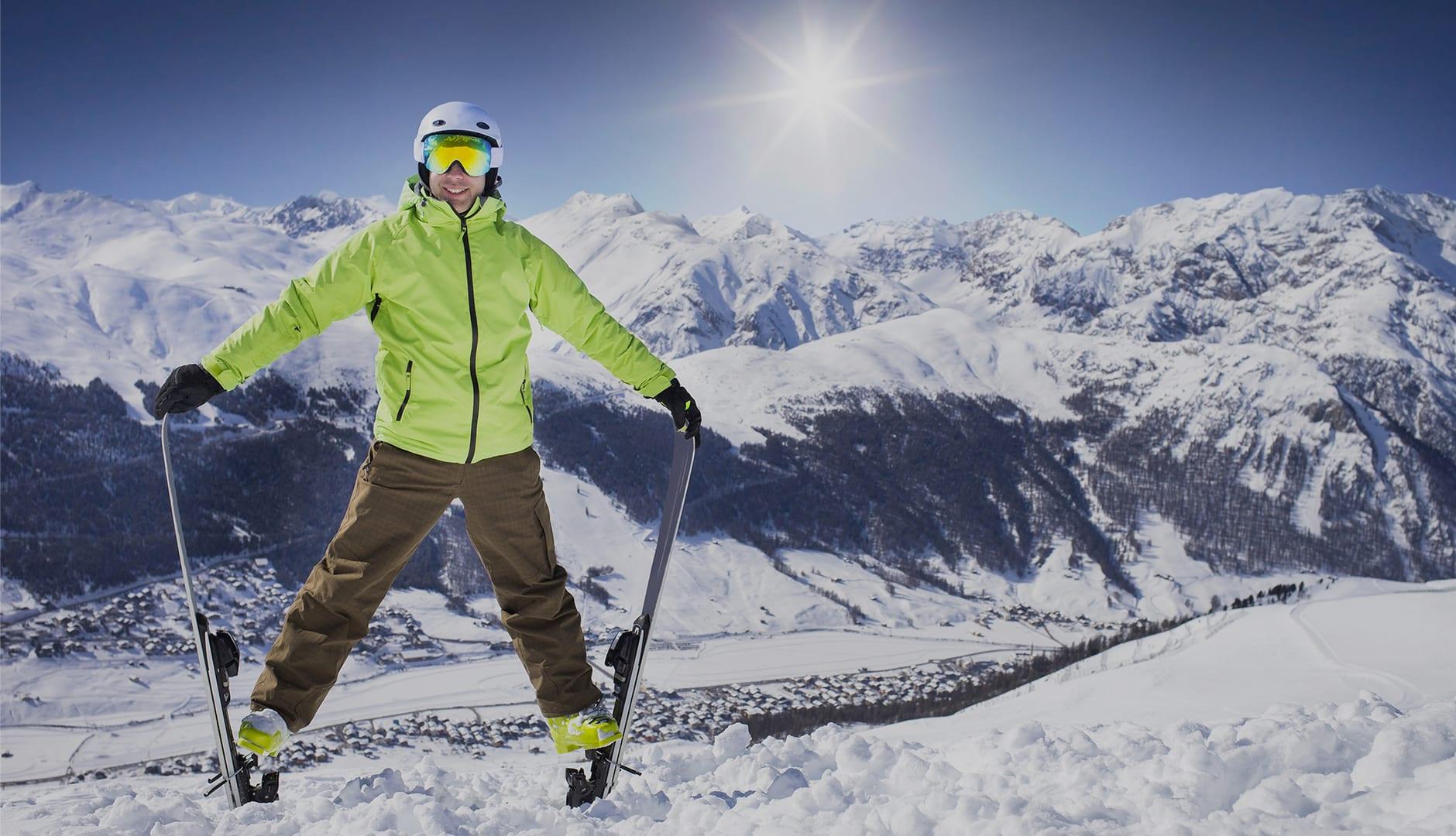 sciatore prima della discesa sulle piste della skiarea di livigno