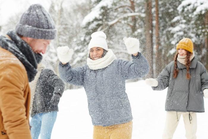 Giochi sulle soffici nevi di livigno sulle alpi