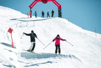 evoluzioni sugli sci sui dossi delle piste innevate