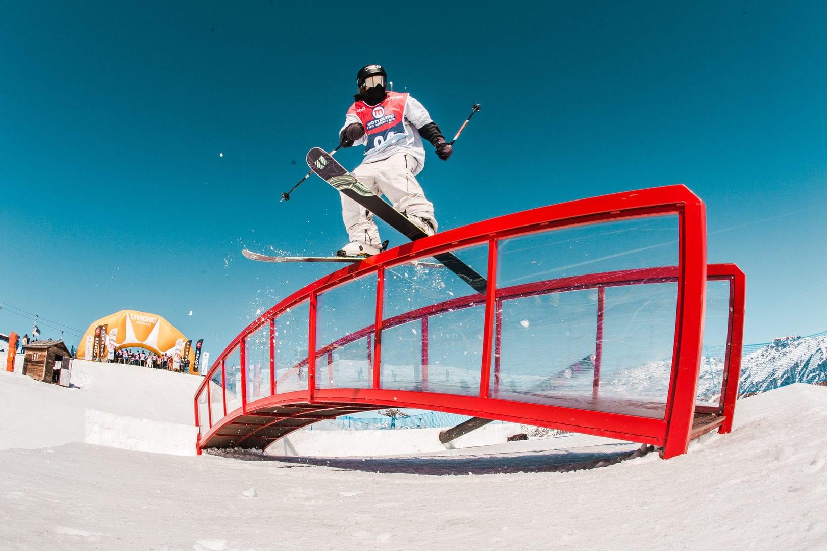 evoluzioni sugli sci sui tricks dello snowpark Mottolino