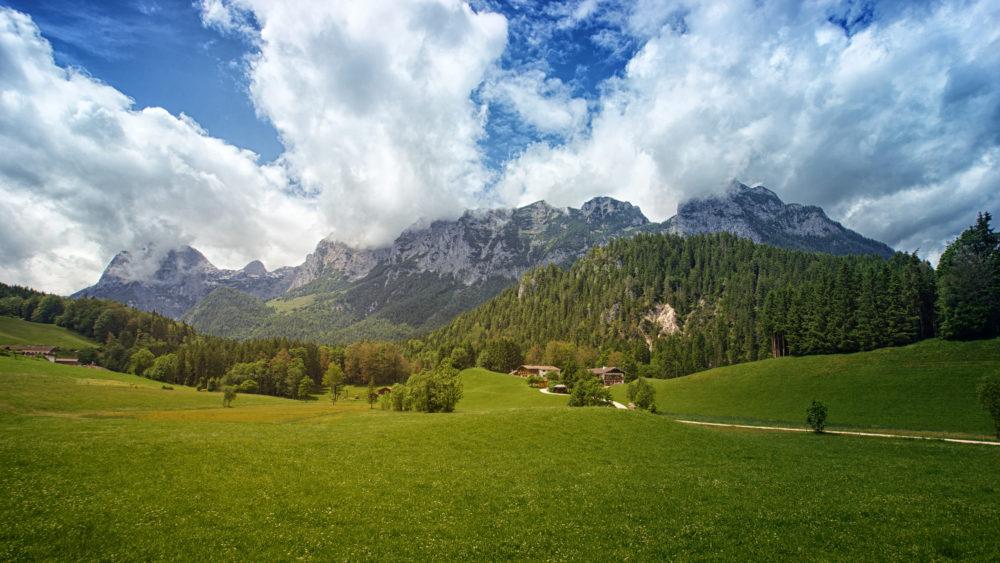 panorama mozzafiato delle montagne in stagione estiva