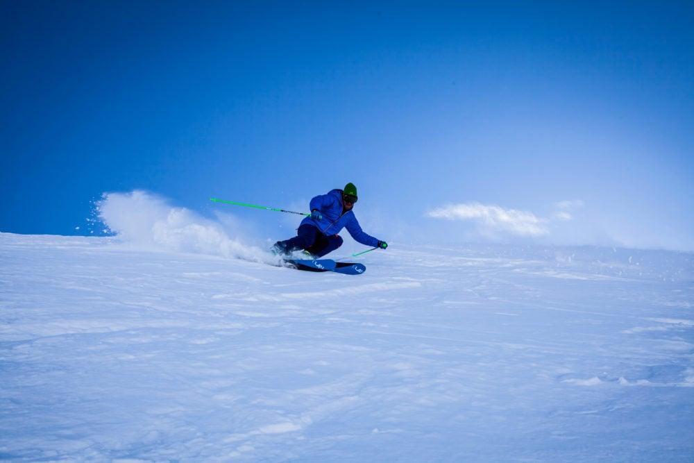 Piste innevate e sciatore freestyle. sulle Alpi