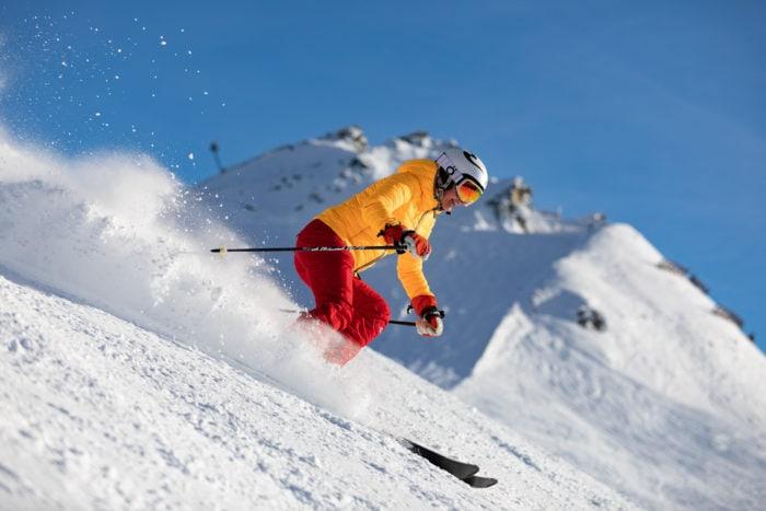 sciatore impegnato sulle piste alpine di livigno