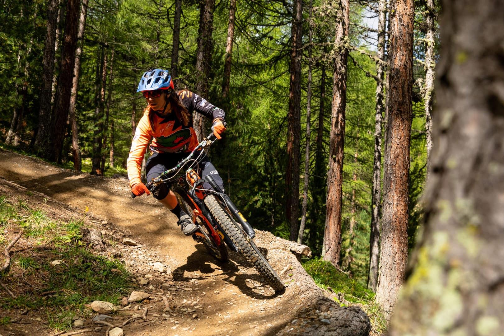 riders nei boschi durante discesa dal bike park Carosello 3000 a livigno