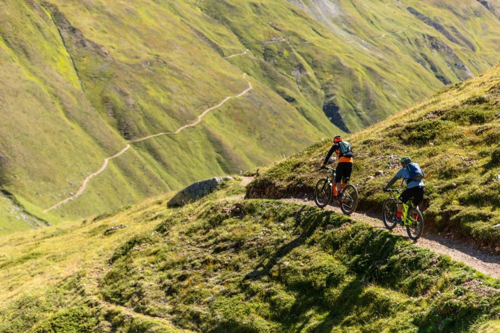 Riders durante la discesa dal mountain park Carosello 3000