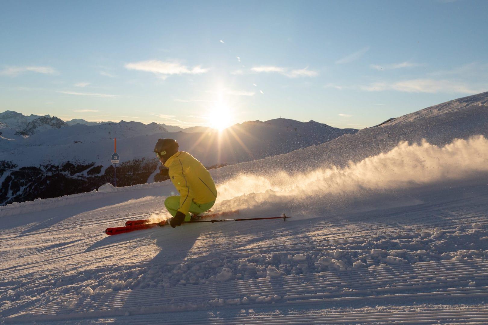 sciatore al tramonto sulle piste della skiarea di livigno