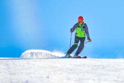 Sciatore impegnato sulle piste della sciovia di san rocco a livigno
