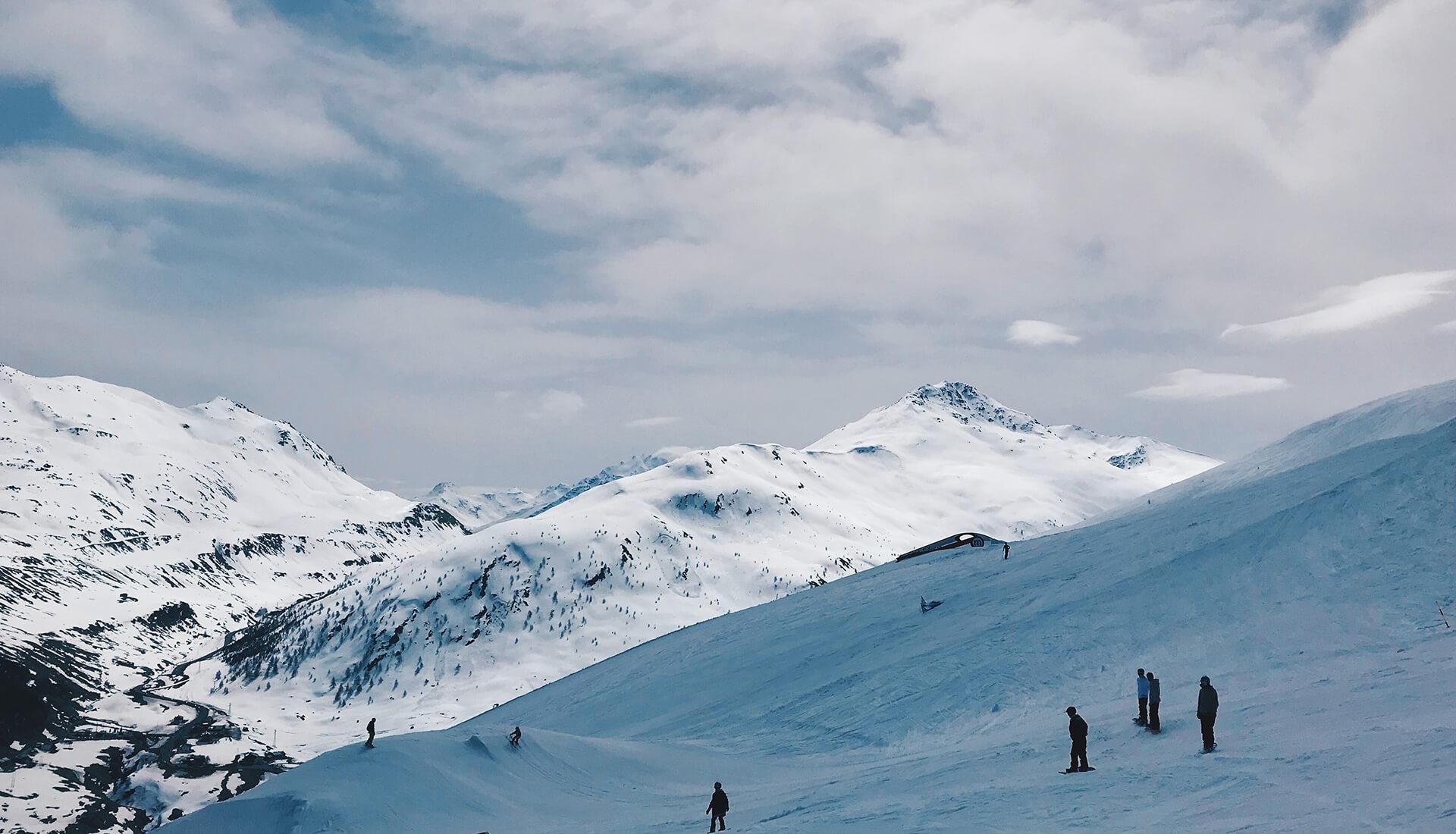 Sciatori in alta quota a Livigno sulle Alpi