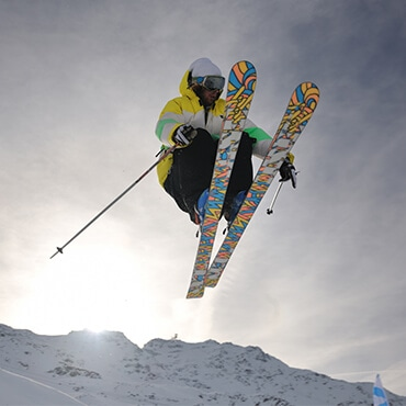 Acrobazie sugli sci sulla neve fresca di Livigno