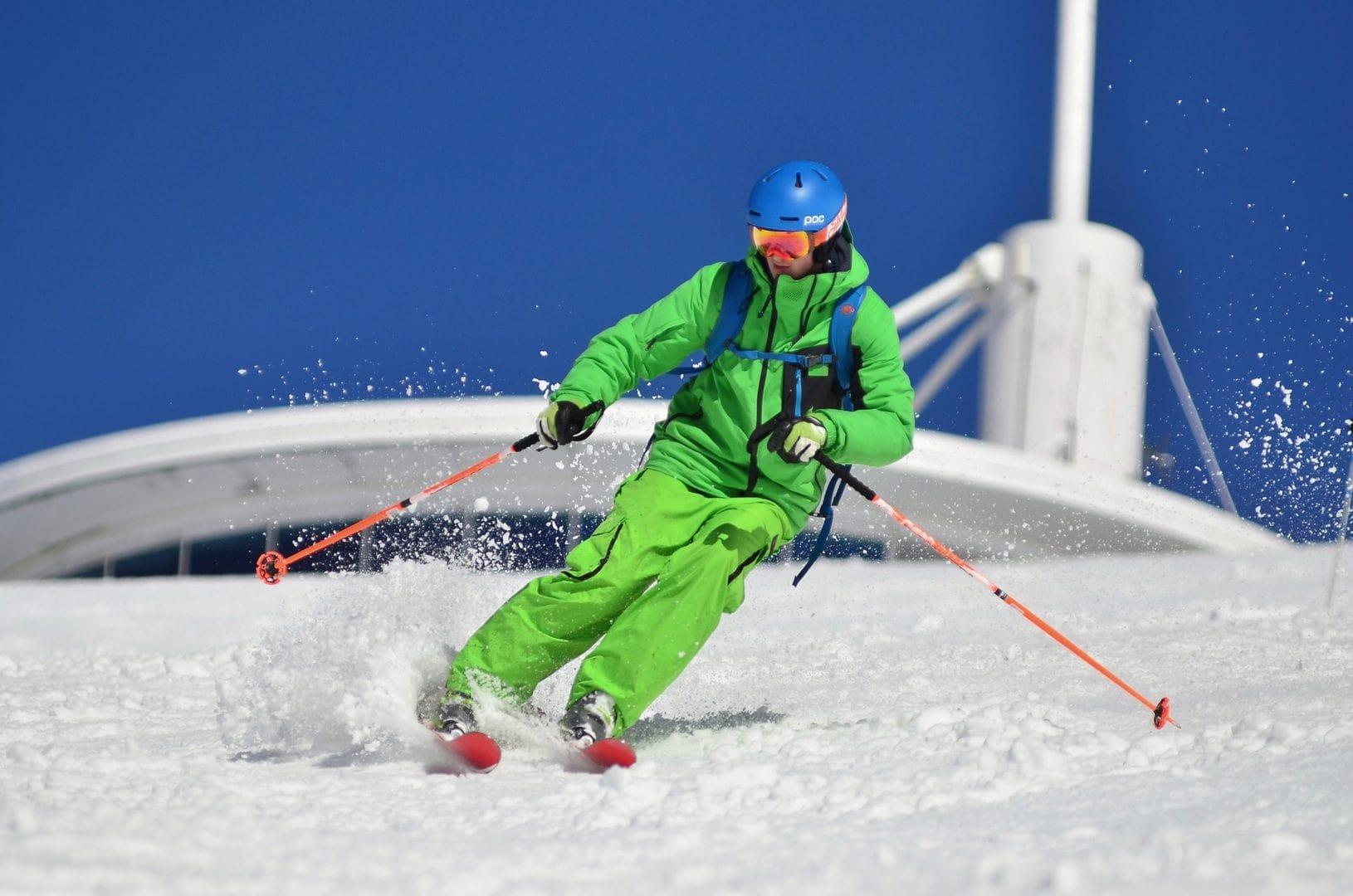 sciatore sulle piste innevate sulle Alpi