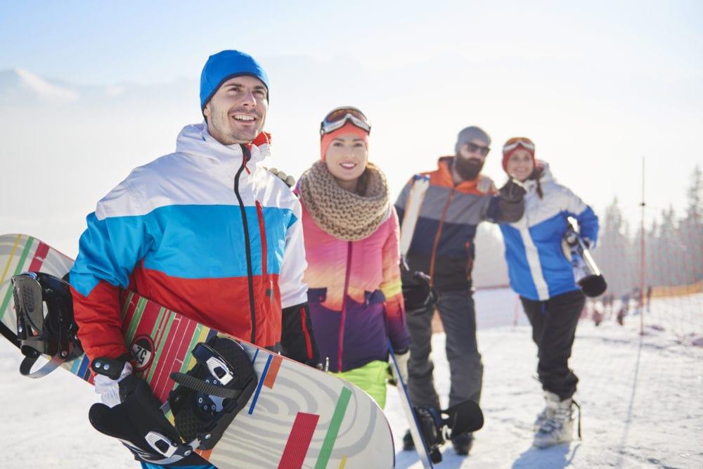Snowboard rider sulle piste di livigno