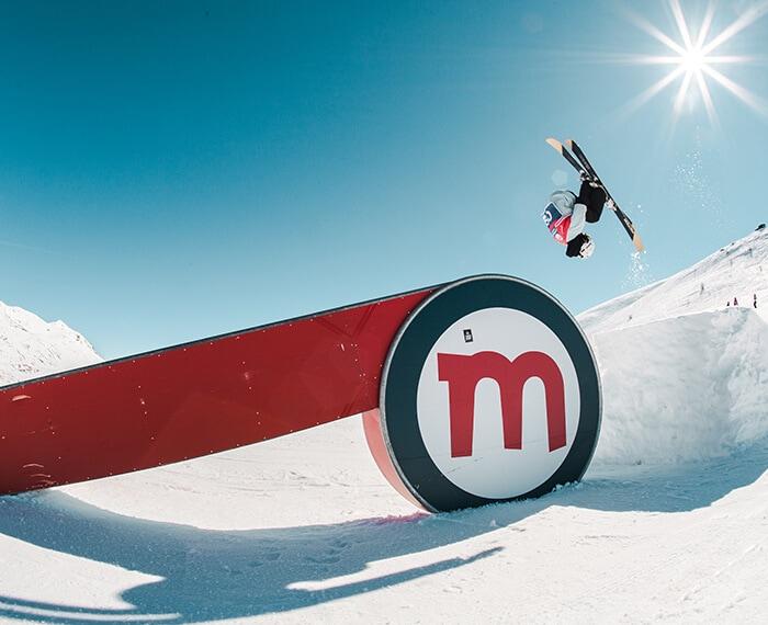 snowpark Mottolino, evoluzioni sulla neve da parte di rider professionisti