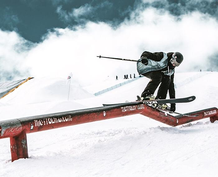 evoluzioni sugli sci presso lo snowpark Mottolino