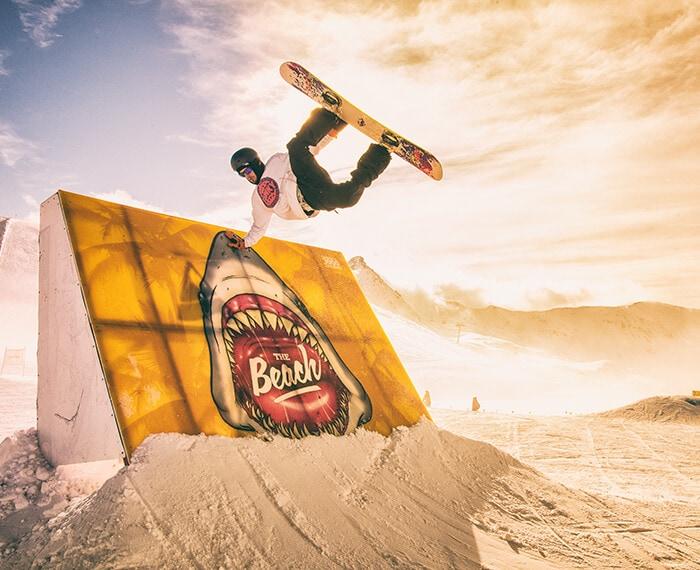 salti ed acrobazie sullo snowboard presso lo snowpark the beach a livigno