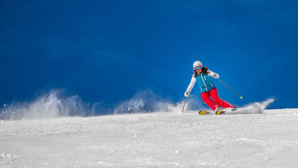 sciatrice sulle piste di livigno in giornata serena